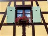 Fenêtre et architecture à colombages de l'établissement