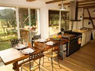 La cuisine et sa grande baie vitrée donnant sur le jardin