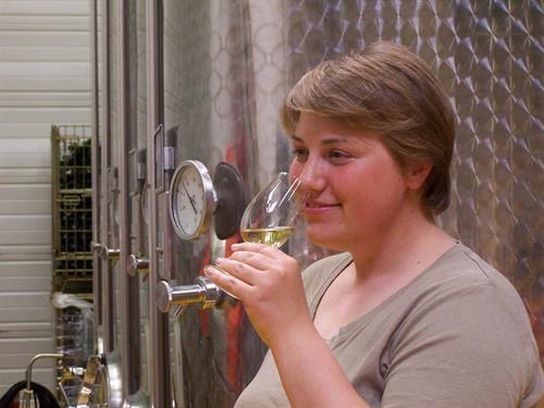 Vinifie et élève ses vins depuis 2004
