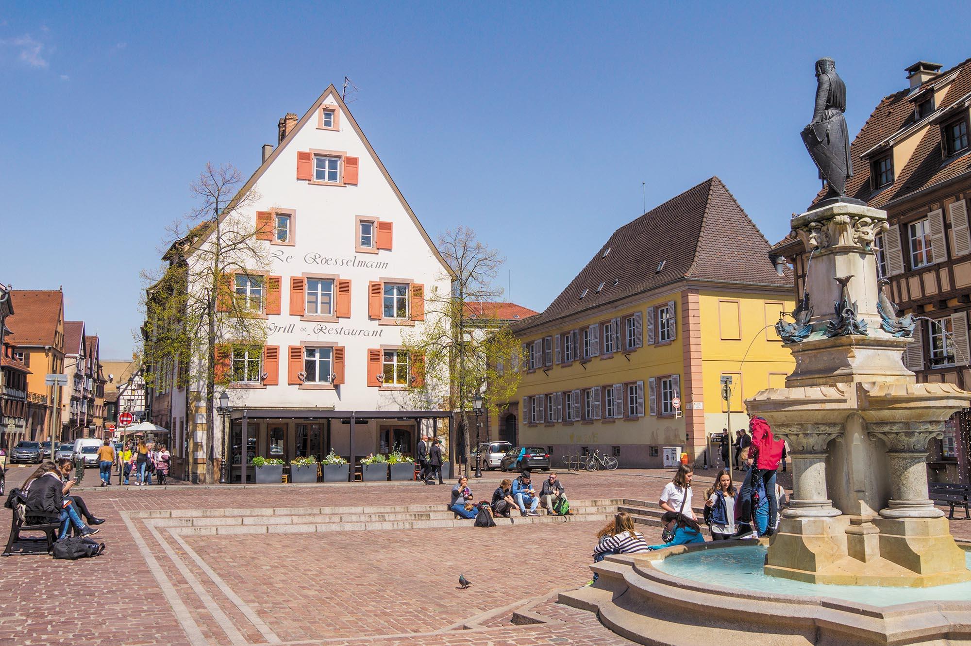 La place des six montagnes noires et la fontaine Roesselmann  (OT Colmar)