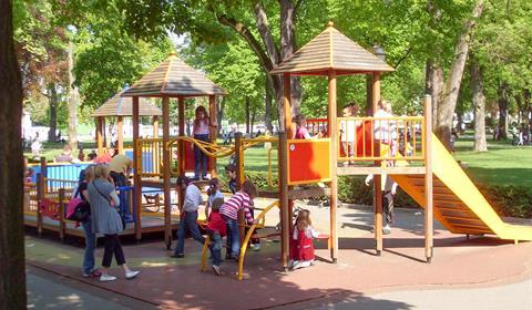 Jeux pour les enfants dans le parc du Champ de Mars (OT Colmar)