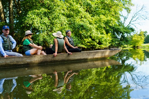 Sortie en barque à fond plat au soleil levant