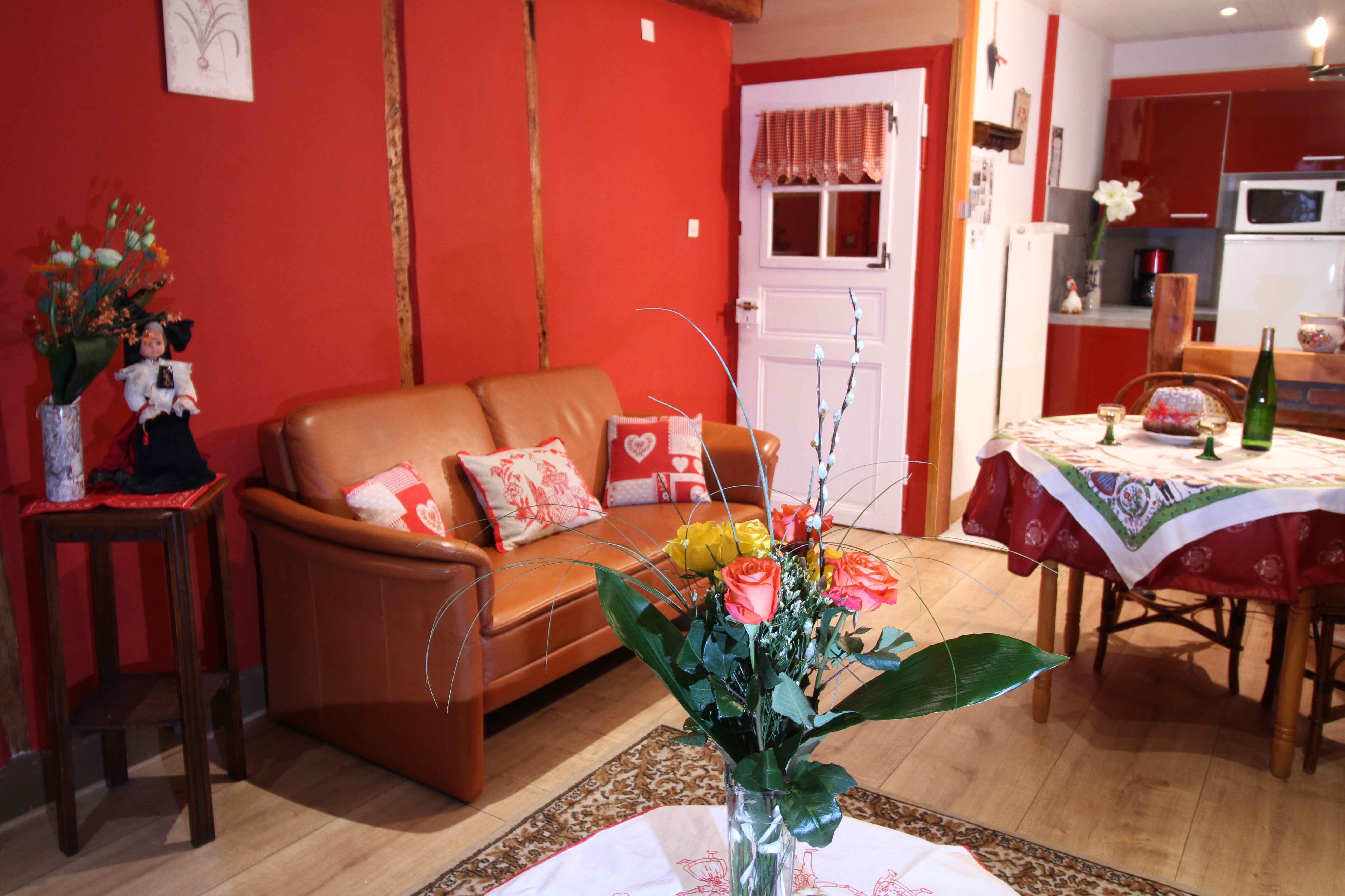 Salon TV avec grand canapé en cuir - © Dillar Myriam
