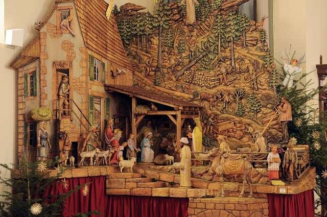 Exposition d 39 une crche gante sculpte en bois - Fabriquer creche de noel en bois ...