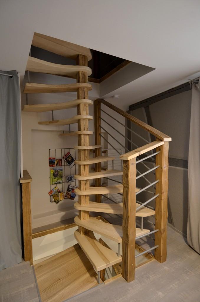 Escalier desservant les 2 étages du gîte Hissla