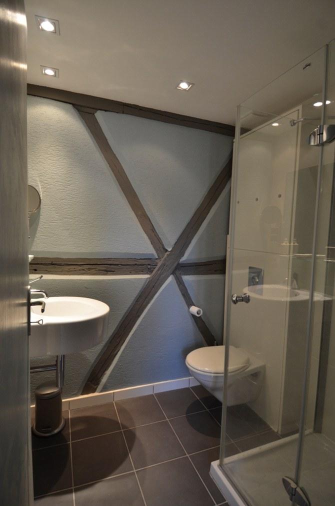Salle de bain avec douche et wc