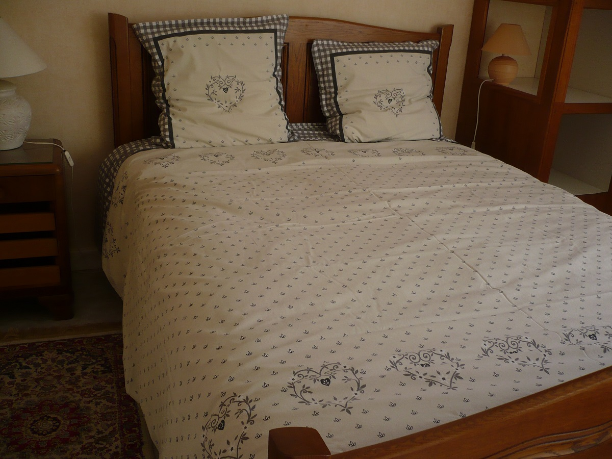 meubl de monsieur bernard gully g te des collines. Black Bedroom Furniture Sets. Home Design Ideas