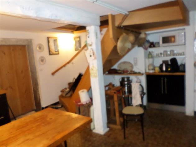 au fond, escalier confortable qui mène au salon, à gauche la porte du cellier