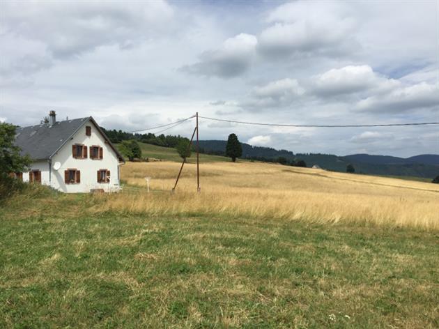 Une vue de l'extérieur. Maison individuelle au milieu de la nature, au calme et bénéficiant d'une vue panoramique sur la nature environnante.
