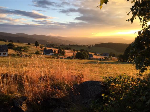 Vue de la maison au lever du soleil.
