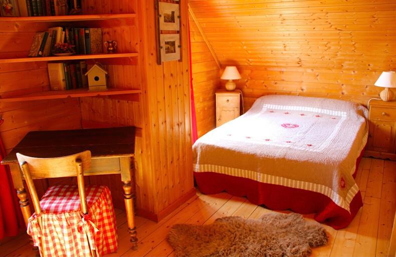 http://apps.tourisme-alsace.info/photos/kaysersberg/photos/gite-orbey-de-la-houssaye-chalet-chambre.jpeg