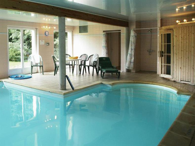http://apps.tourisme-alsace.info/photos/kaysersberg/photos/hotel-le-bonhomme-la-poste-piscine.jpg