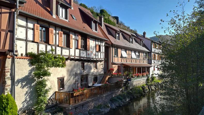 http://apps.tourisme-alsace.info/photos/kaysersberg/photos/je-visite-un-village-automne-kaysersberg-alsace.jpg
