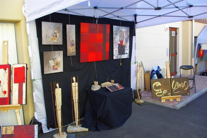 Expositions artistiques dans les cours de ferme et les rues du village