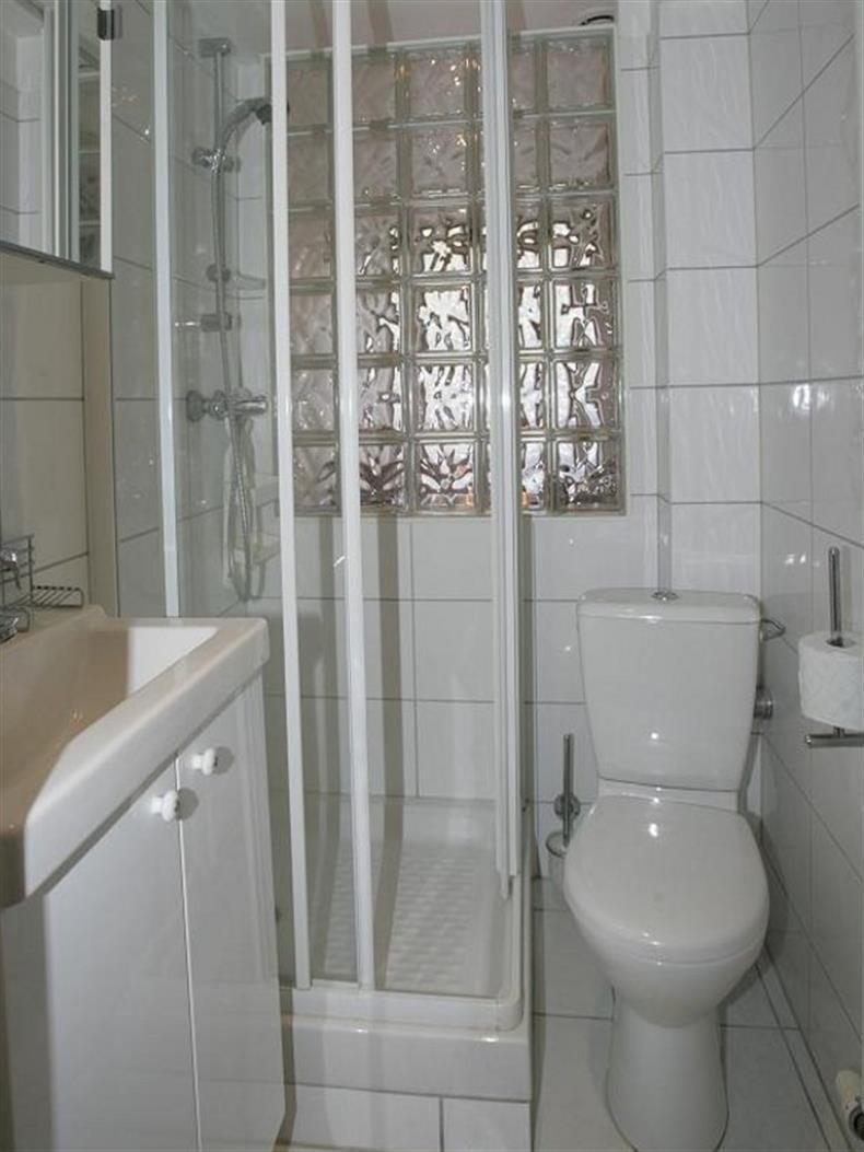 Salle d'eau - douche - meuble vasque - WC et sèche serviettes.