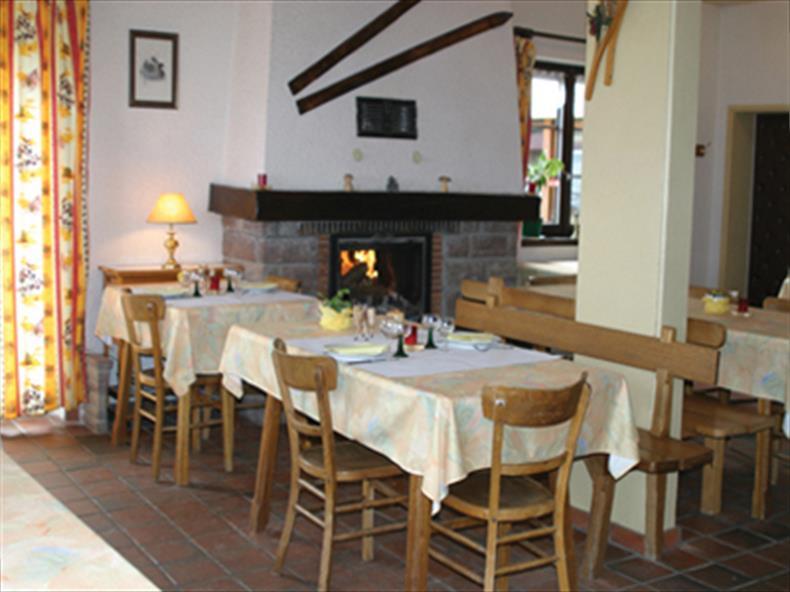 La salle à manger avec sa cheminée.