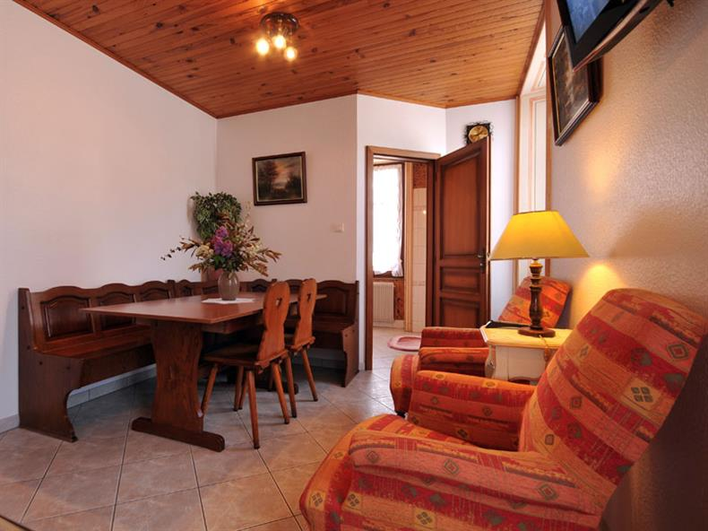 apps.tourisme-alsace.info/photos/kaysersberg/photos/chambre-kaysersberg-picavet-chambre-5-les-geraniums-familialle-petit-salon.jpg