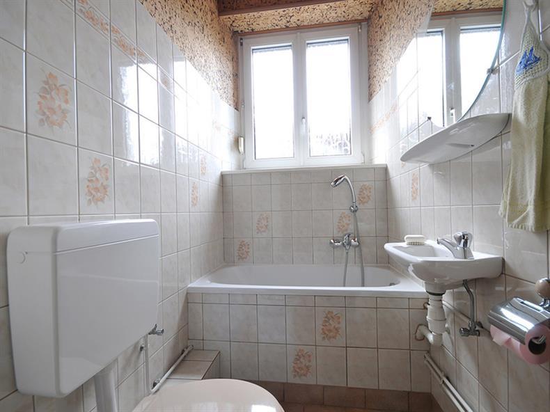 apps.tourisme-alsace.info/photos/kaysersberg/photos/chambre-kaysersberg-picavet-salle-de-bain-baignoire-pallier-chambre-1-les-dahlias.jpg