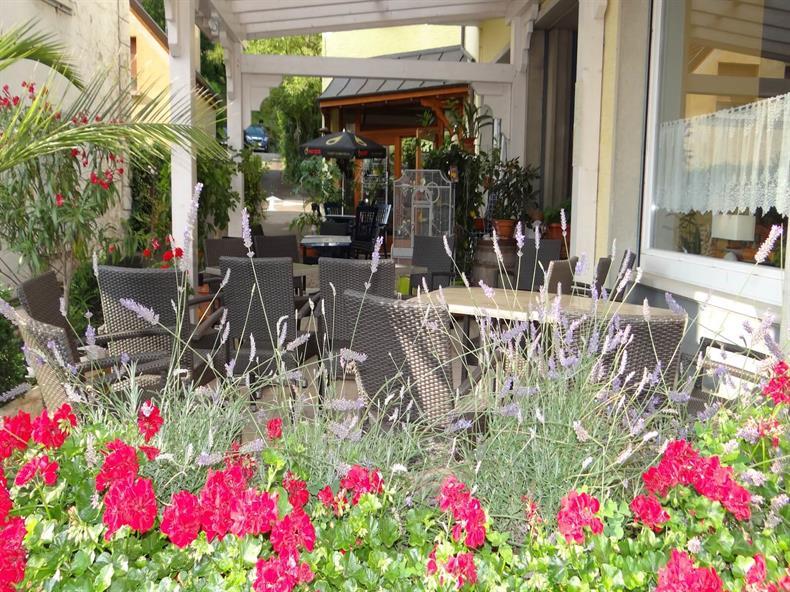 apps.tourisme-alsace.info/photos/kaysersberg/photos/hotel-bruyeres-orbey-terrasse-fleur.JPG