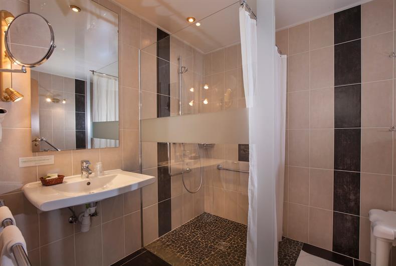 apps.tourisme-alsace.info/photos/kaysersberg/photos/hotel-orbey-bois-le-sire-salle-de-bains.jpg