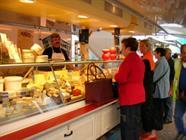 Fromage, viande, poisson, fruits & légumes...au marché du jeudi.Photo de JP Girard.