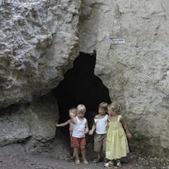 - © Entrée de la Grotte des nains