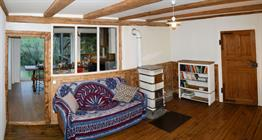 Le salon ou stuba avec ses habillages, poutres et plancher d'origines.