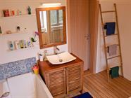 La salle de bains avec baignoire 180cm