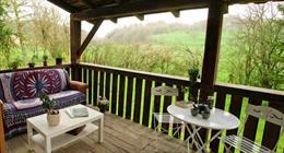La terrasse de 14 m² donnant sur le jardin de 12 ares.