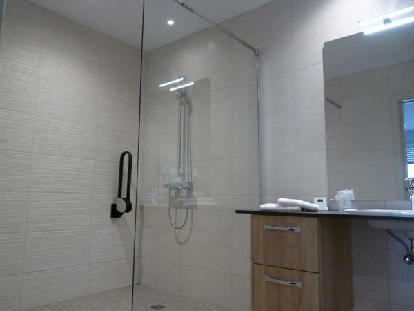Grande douche à l'italienne - © OT Grand Ried