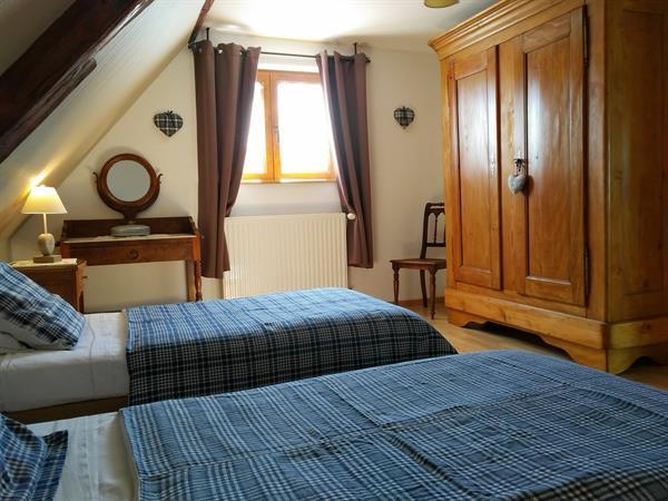 Chambre 2 lits 1 personne avec couettes en kelsch + lit bébé - Gite de France