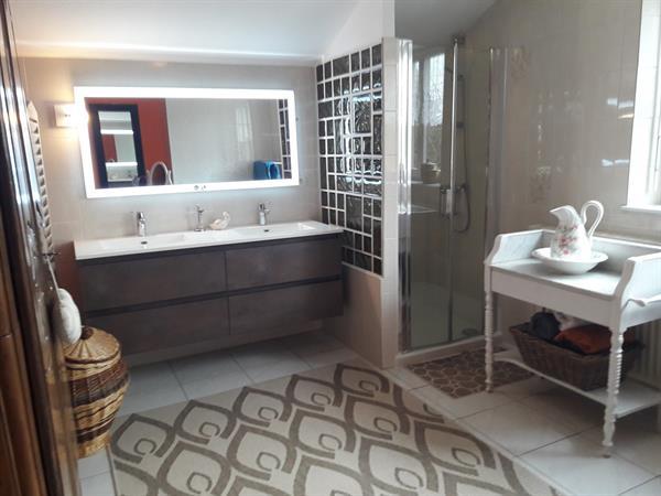 la salle de bain commune aux chambres - le propriétaire