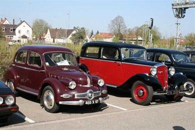 Treffen alter und prestigeträchtiger Autos