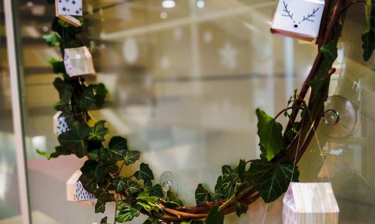 Atelier de Noël : fabriquez votre couronne calendrier de l'Avent en duo - Florian Fischer pour le Musée de l'Image Populaire