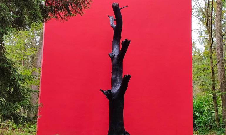 Gloria Friedmann's Oak monument