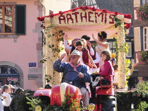 https://apps.tourisme-alsace.info/photos/cdcbarr/photos/Fete_vendanges_barr_alsace.jpg