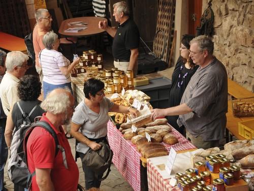 https://apps.tourisme-alsace.info/photos/cdcbarr/photos/Marche_paysan_dambachlaville_alsace.jpg