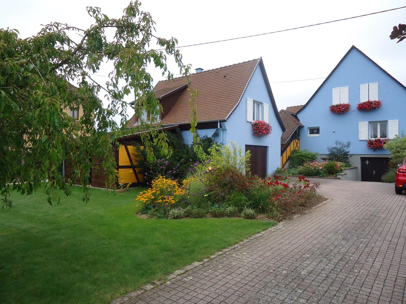 La petite maison bleue, à gauche