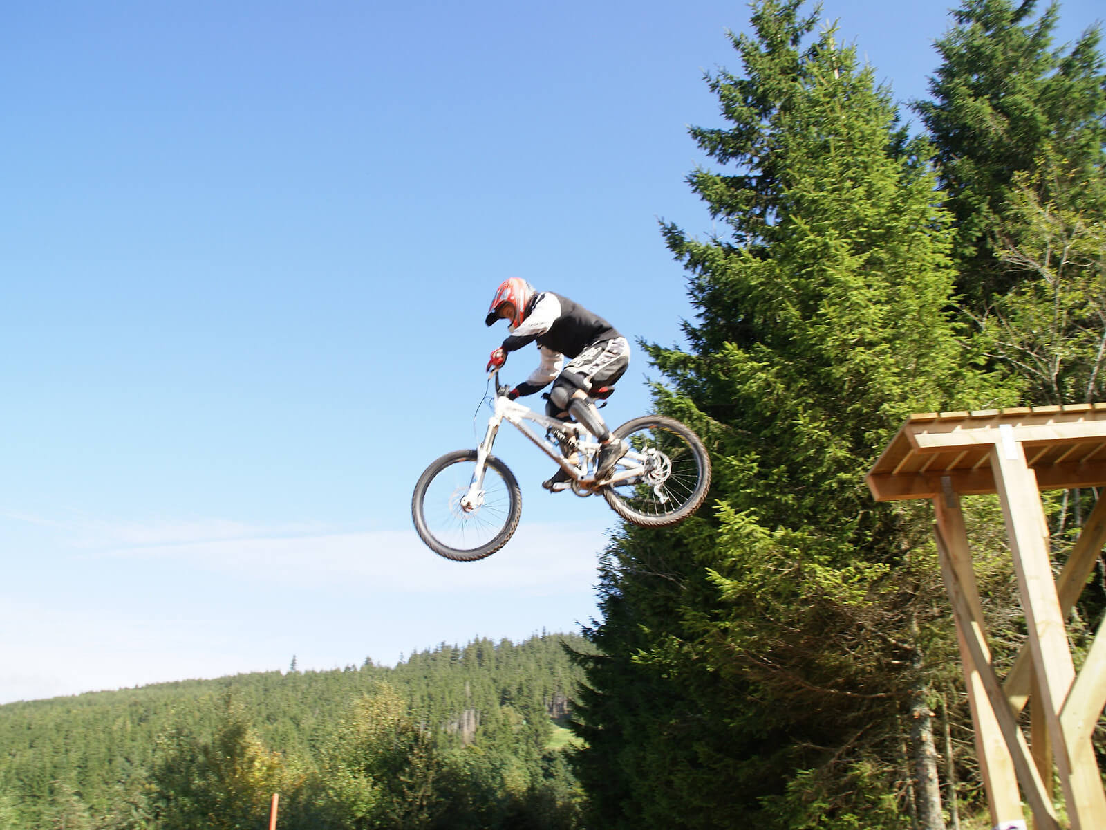 https://apps.tourisme-alsace.info/photos/kaysersberg/photos/stage-de-vtt-descente-freeride-niveau-2-bike-park-lac-blanc.jpg