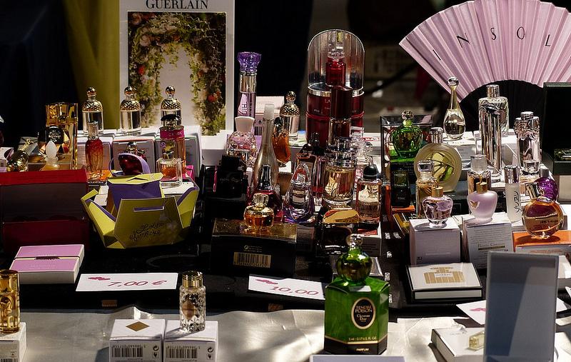 Salon de l 39 univers du parfum cartes postales collections for Salon brocante