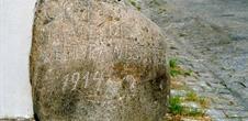 Stein mit gravierter deutscher Inschrift