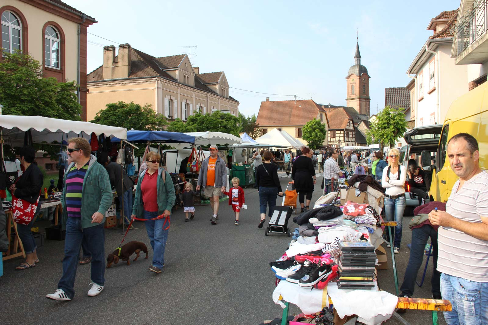 https://apps.tourisme-alsace.info/photos/niederbronn/photos/marche-puces-carnaval2015.JPG