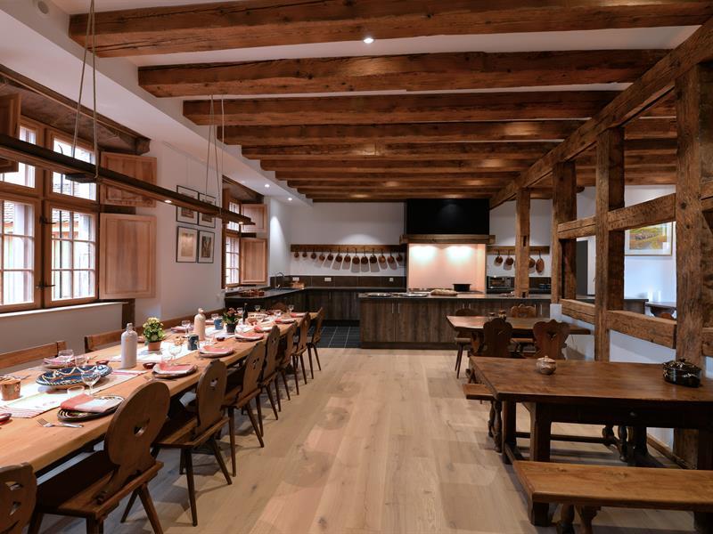 Grande salle à manger avec cuisine équipée