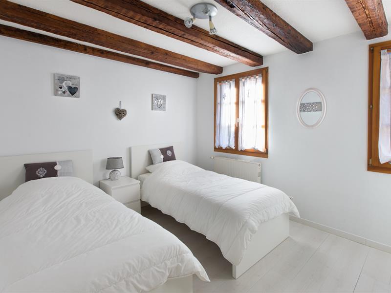 Chambre 2 lits simples et dressing