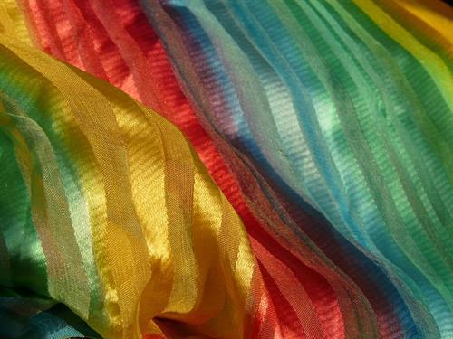 Exposition de foulards et peintures sur soie